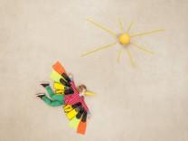 Colorful bird flying towards the sun model released Symbolfoto PUBLICATIONxINxGERxSUIxAUTxHUNxONLY B