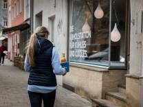 München: Marieluise Hofmann bringt neue Ware in die Filiale Pilgersheimer Strasse,  Qool Collect, Betreiber Stefan Müller.
