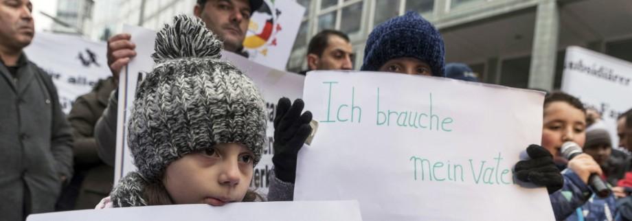 In Berlin lebende Flüchtlinge demonstrieren in Berlin gegen die Aussetzung des Familiennachzugs für