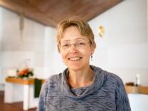 Kirchheim, Cantate-Kirche, Martin-Luther-Straße 7: Pfarrerin Susanne Kießling-Prinz in der Kirche