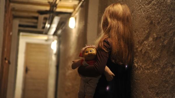 Kind in einem dunklen Gang, 2011
