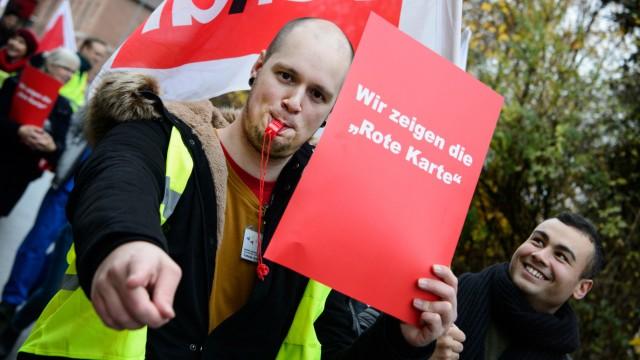 Pfleger demonstrieren wie die IG Metall