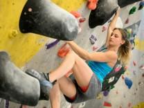 Monika Retschy, , eine der besten deutschen Bouldererinnen, in der DAV-Halle in Freimann