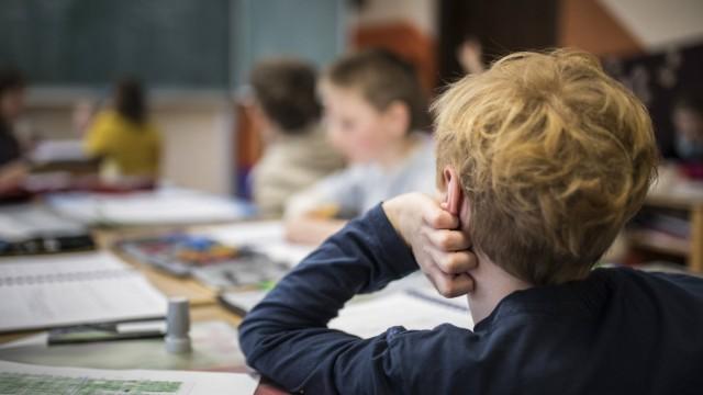 Schueler waehrend einer Unterrichtsstunde Feature an einer Schule in Goerlitz 03 02 2017 availa