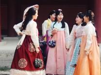 Koreanerinnen in traditioneller Tracht vorm Tempel in Seoul, Südkorea