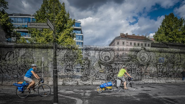 FOTOMONTAGE The Berlin Wall is gone as long as it existed Berliner Mauer Geschichte Bau und F