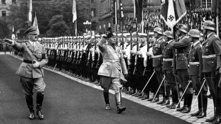 Hitler und Mussolini beim Abschreiten der Ehrenkompanien in München 1937