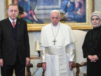 Pope Francis poses with Turkish President Tayyip Erdogan and his wife Emine during a private audience at the Vatican