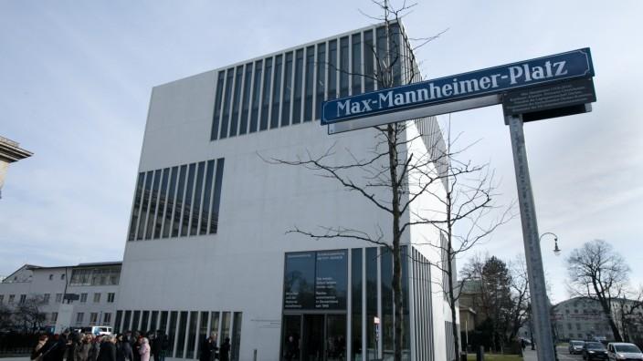 Max-Mannheimer-Platz heißt der bisher namenlose Platz vor dem NS-Dokuzentrum in München