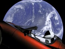 "´Starman"" im roten Tesla im All"