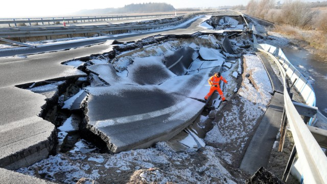 Das Loch auf der Bundesautobahn A20 in Mecklenburg-Vorpommern bei Tribsees wird immer größer.