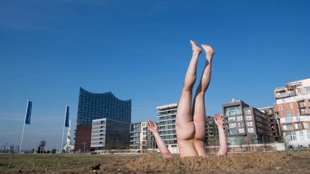 Nackt im Sand