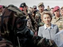 Bundesverteidigungsministerin Ursula von der Leyen (CDU) besucht die Bundeswehr im Irak.