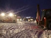 Russland: An der Unglücksstelle nahe Moskau fanden Ermittler die Flugschreiber des russischen Passagierflugzeugs.