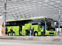 Ein Flixbus am Zentralen Omnibusbahnhof in Hannover.