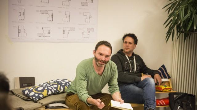 München:  Christian Hadaller und Markus Sowa. Künftige Bewohner von âĞSan RiemoâĜ, dem ersten Bauprojekt der jungen Genossenschaft Kooperative Großstadt, verteilen den Wohnraum und diskutieren darüber.