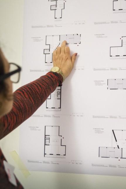 München:Künftige Bewohner von âĞSan RiemoâĜ, dem ersten Bauprojekt der jungen Genossenschaft Kooperative Großstadt, verteilen den Wohnraum und diskutieren darüber.