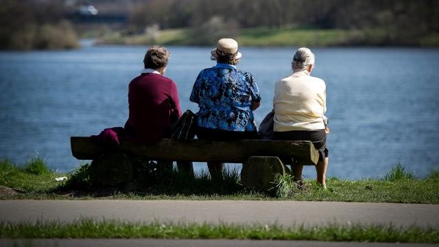 Drei Rentnerinnen genießen das Frühlingswetter in Bochum.