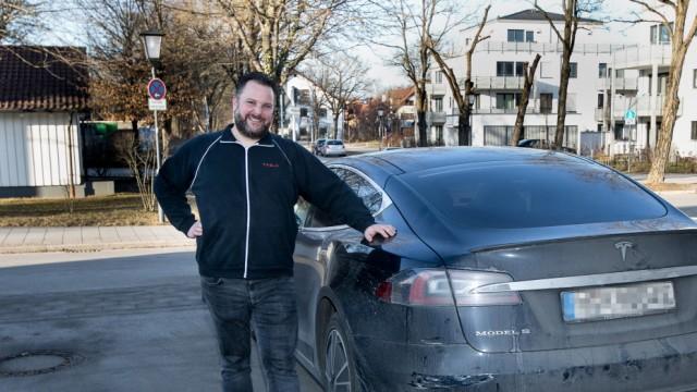 Manfred Kick aus Garching, der mit seinem Tesla einen bewusstlosen Fahrer auf der Autobahn zum stehen gebracht hat.