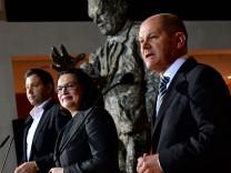 SPD-Generalsekretär Lars Klingbeil, Andrea Nahles und Olaf Scholz auf einer Pressekonferenz in der Berliner Parteizentrale.