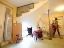 Kinderwagen darf im Hausflur vor Kellertür abgestellt werden