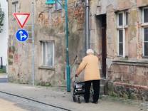 Eine Rentnerin schiebt am Freitag 10 04 2015 in Loitz Landkreis Vorpommern Greifswald ihren Roll