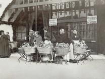 Brezn'n-Verkäuferinnen auf dem Oktoberfest, 1908