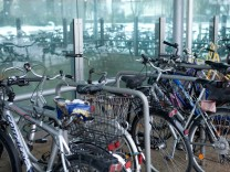 Fahrräder am U-Bahn-Eingang Garching