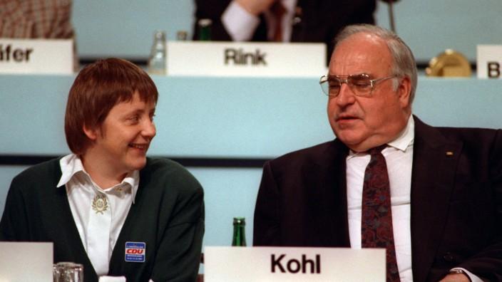 Die CDU-Politiker Helmut Kohl und Angela Merkel 1991 während des Parteitags in Dresden.