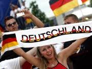 Fans beim Singen der deutschen Nationalhymne, dpa
