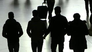 Umrisse einer Gruppe unbegleiteter junger Männer im Hauptbahnhof München Bayern Deutschland