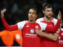 Robin Quaison 1 0 Alexander Hack Freude Emotion jubelnd Jubel nach 1 0 Fußball Fussball