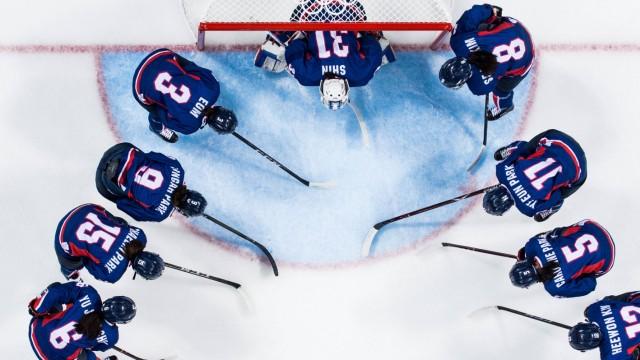 180213 The players of Korea gathers prior the Women s Ice hockey Eishockey Preliminary Round match