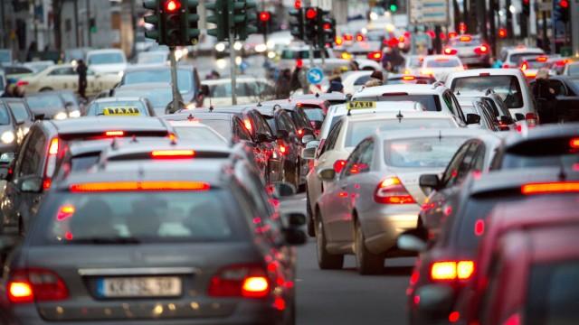 Verkehr in Düsseldorf: Komplizierte Abgasregeln für Diesel-Fahrzeuge könnten schon bald noch mehr Chaos im Straßenverkehr auslösen, befürchten die Kommunen.