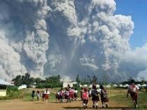 Vulkan Sinabung in Indonesien bricht aus
