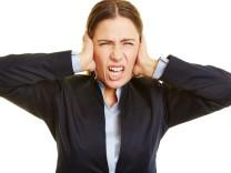 Wütende Geschäftsfrau macht Grimasse; SZ-Magazin