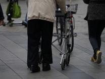 Fußgänger mit Rollator, 2016
