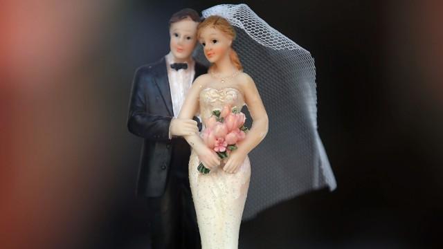 Hochzeitspaar auf Torte