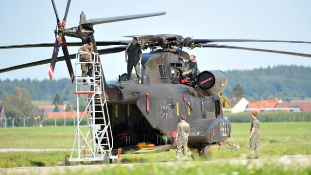 Bundeswehr: Techniker warten einen Hubschrauber auf dem Heeresflugplatz in Laupheim.