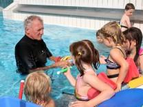 Kleine Kinder lernen spielerisch Schwimmen; Im Gautinger Sommerbad