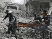Syrische Rettungskräfte bergen ein Opfer nach einem Luftangriff in Saqba in Ost-Ghuta.
