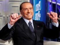 Auch Silvio Berlusconi ist wieder im Rennen: Sein Lager liegt in Front.