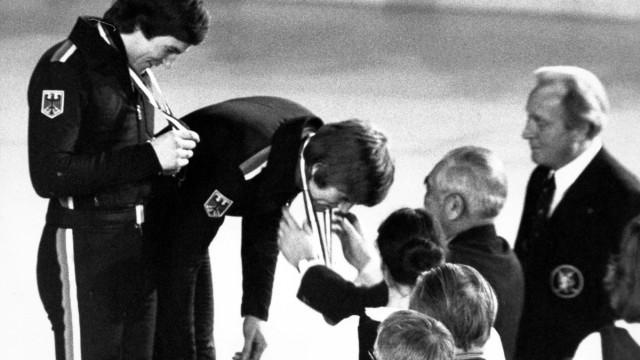 Olympische Spiele 1976 in Innsbruck Siegerehrung Eishockey Bronze für Deutschland Alois Schloder