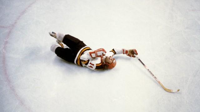 Eishockey Olympische Spiele Innsbruck 1976 Erich Kühnhackl BR Deutschland am Boden; Eishockey