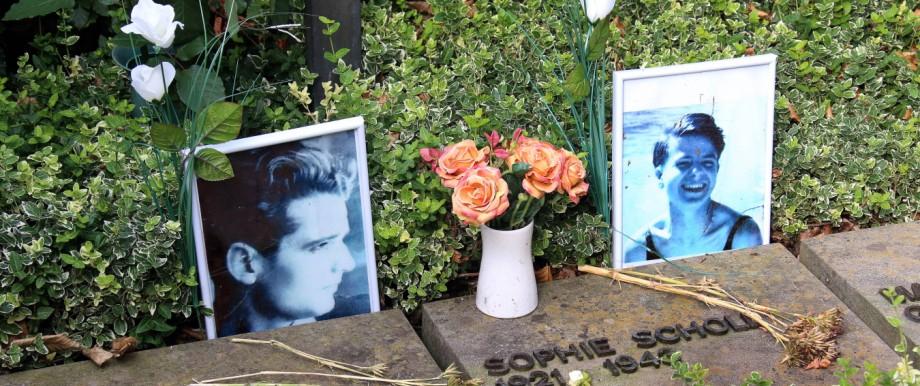 b a Friedhöfe München FRIEDHOF AM PERLACHER FORST Grab Geschwister Scholl Foto Michael Westermann