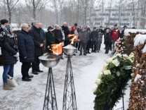 Zum Gedenken an die Mitglieder der Widerstandsgruppe Weiße Rose legt Oberbürgermeister Dieter Reiter am 75. Jahrestag der Hinrichtung von Sophie Scholl, Hans Scholl und Christoph Probst an deren Grab auf dem Friedhof am Perlacher Forst einen Kranz niede