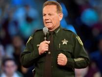 Nach dem Massaker in Parkland spricht Sheriff Scott Israel auf einer Bürgerversammlung.