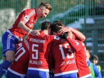Spieler der SpVgg Unterhaching Hachinger Spieler mit Torjubel Jubel Torjubel Torerfolg celebrat
