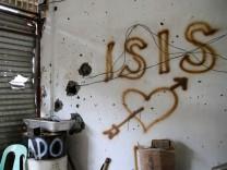 IS-Milizen flüchten nach intensiven Gefechten mit dem Militär aus dem Ort Mapandi im Süden der Philippinen.