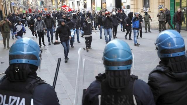 Proteste in Italien: In Pisa demonstrieren Menschen gegen eine Wahlkampfkundgebung der Lega.